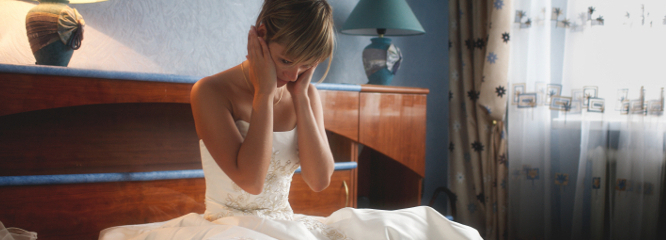 bride cries while sitting on the bed. Around the photosr. Divorce, treason?